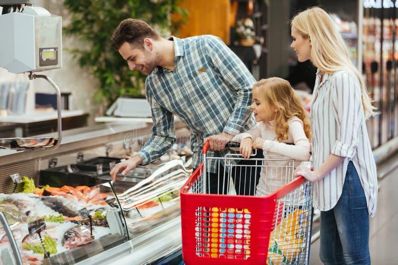 愉快的家庭用儿童买的食物 免版税图库摄影