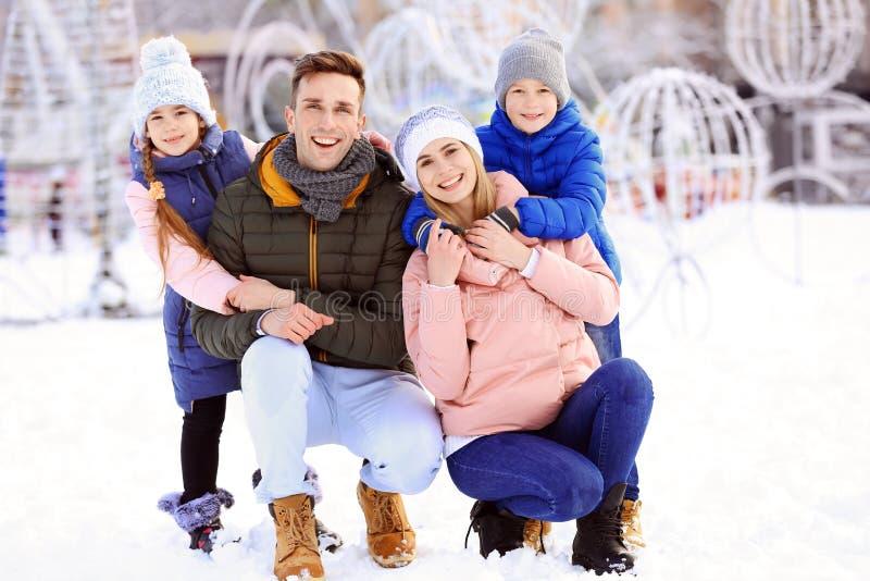愉快的家庭画象户外在天 免版税库存照片