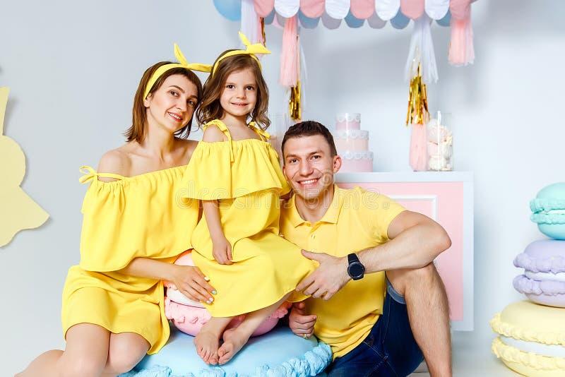 愉快的家庭画象,一个家庭假日的概念 库存照片
