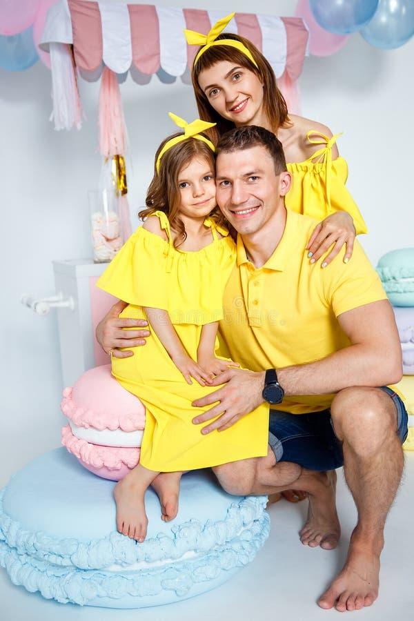 愉快的家庭画象,一个家庭假日的概念 库存图片