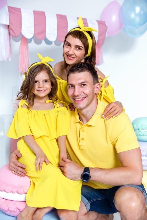 愉快的家庭画象,一个家庭假日的概念 免版税库存图片
