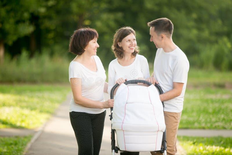 愉快的家庭谈话在公园 图库摄影