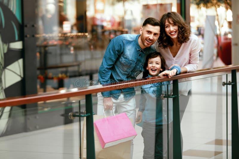 愉快的家庭购物和有乐趣在购物中心 免版税库存照片