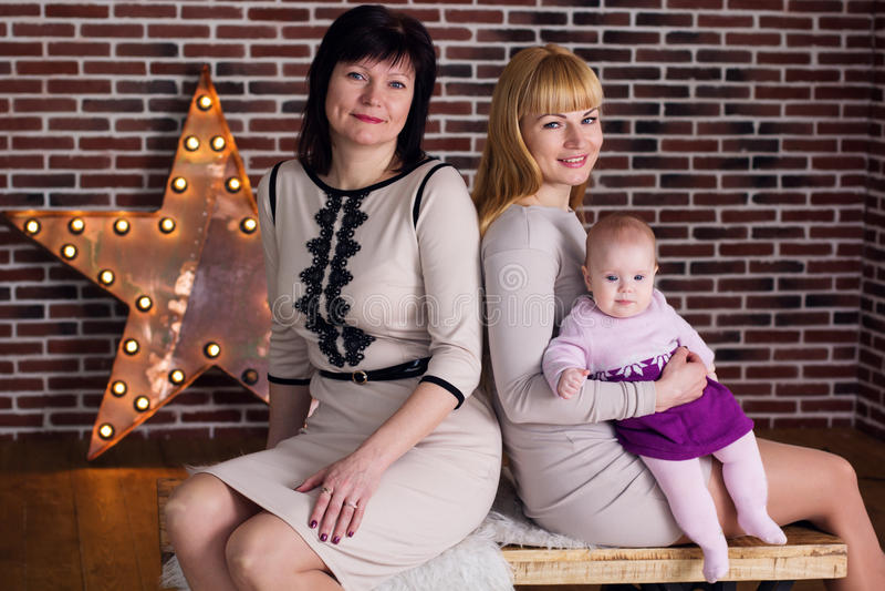 愉快的家庭:祖母、母亲和孙女 库存图片