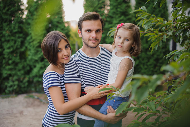 愉快的家庭画象在国家领域的 图库摄影