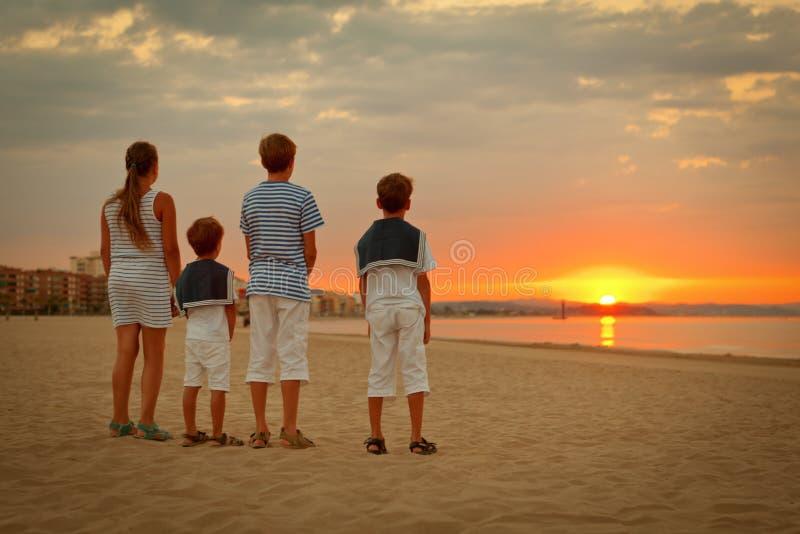 愉快的家庭画象在游艇附近的 库存图片