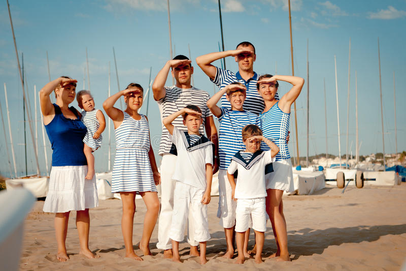 愉快的家庭画象在游艇附近的 免版税库存图片