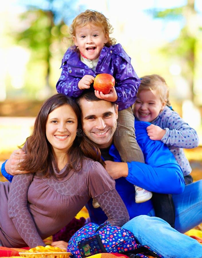 愉快的家庭画象在秋天公园 免版税库存照片