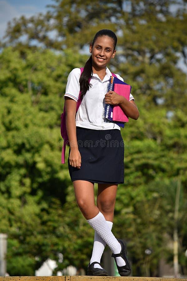 愉快的宽容女学生佩带的校服 免版税库存图片