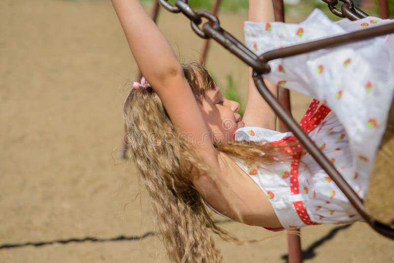 Download 愉快的小女孩佩带夏天的五岁穿戴获得乐趣 库存照片. 图片 包括有 户外, aromaticity, 傻瓜 - 59109886