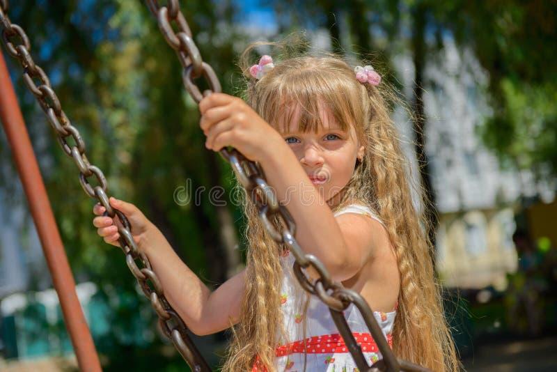 Download 愉快的小女孩佩带夏天的五岁穿戴获得乐趣 库存照片. 图片 包括有 嬉戏, 乐趣, 户外, 表达式, 操场 - 59109968