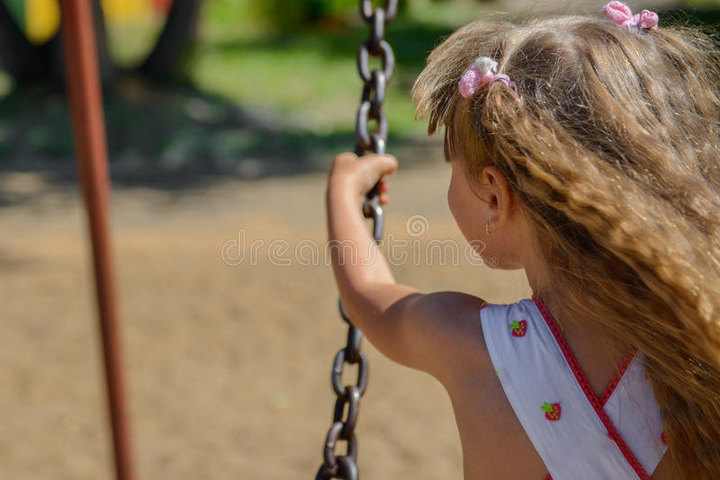 Download 愉快的小女孩佩带夏天的五岁穿戴获得乐趣 库存照片. 图片 包括有 逗人喜爱, aromaticity, 户外 - 59110016
