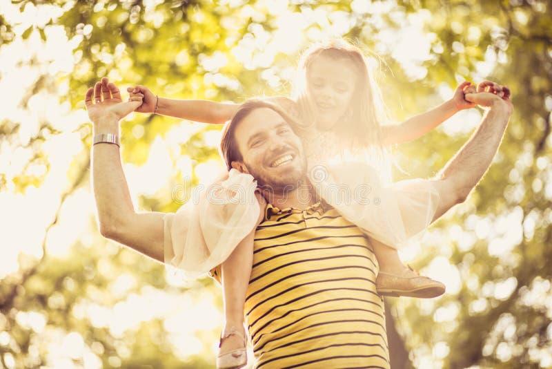 愉快的小女孩和她的父亲走的低谷natu画象  图库摄影