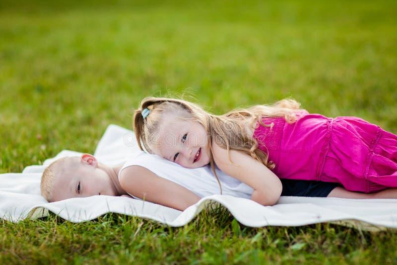 愉快的小女孩和男孩在公园 库存照片