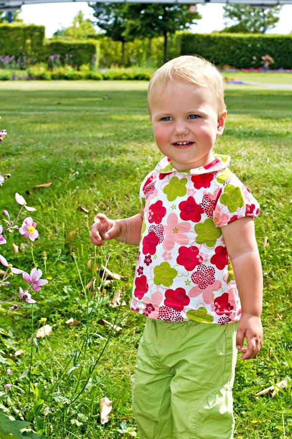 愉快的小女孩在公园 免版税图库摄影