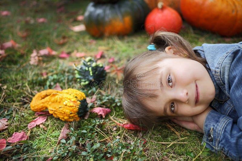 愉快的小女孩在秋天 免版税库存照片