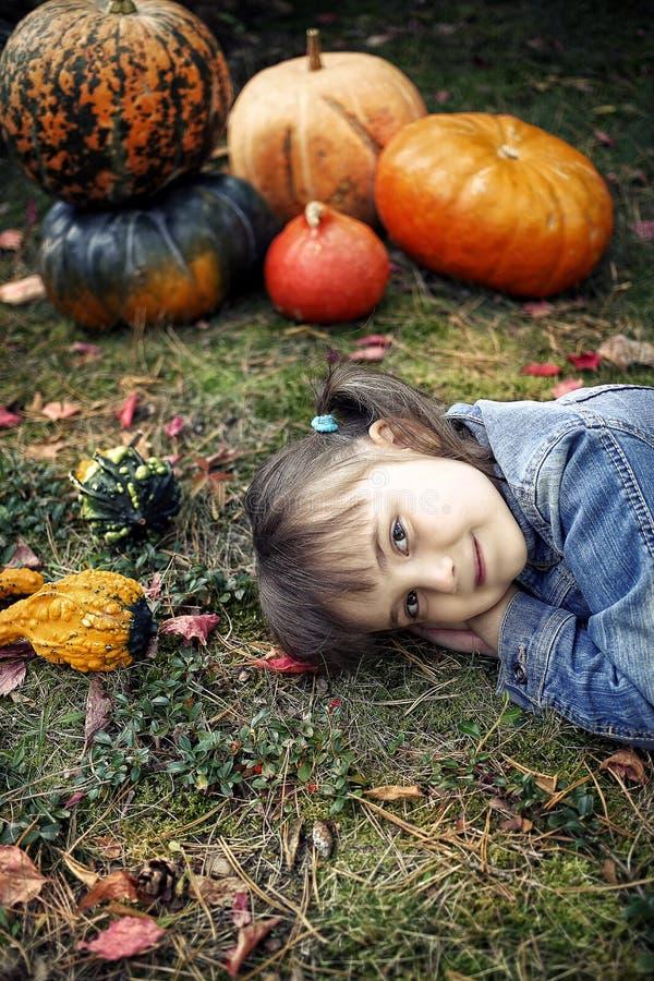 愉快的小女孩在秋天 免版税库存图片