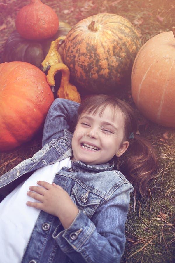 愉快的小女孩在秋天 库存照片