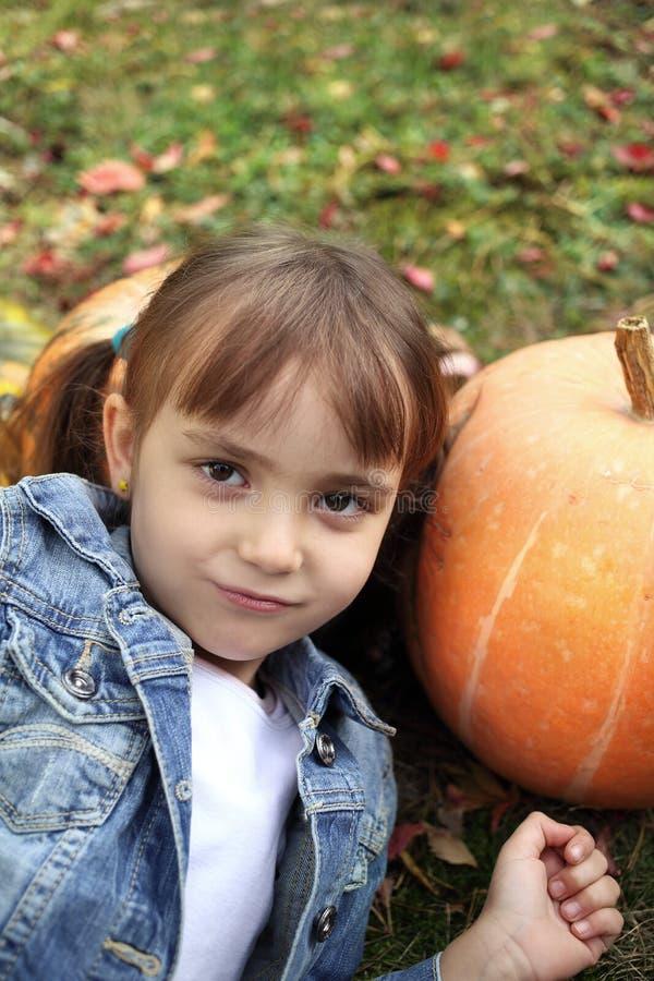 愉快的小女孩在秋天 免版税图库摄影