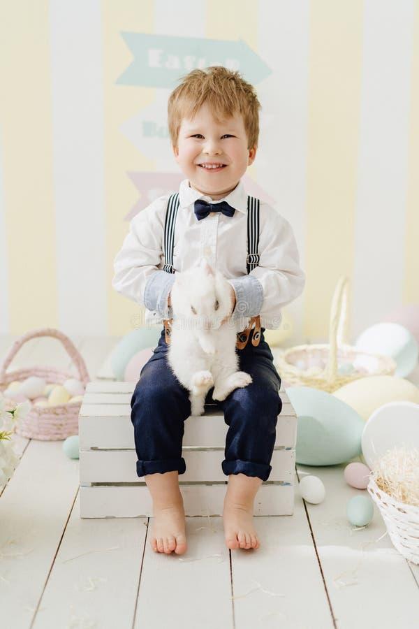 愉快的小男孩举行传统复活节兔 免版税图库摄影