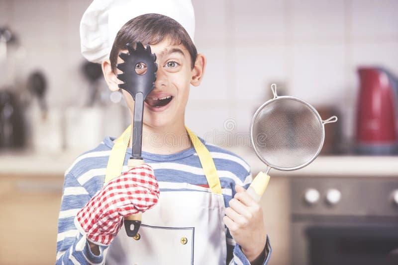 愉快的小男孩厨师 免版税库存照片