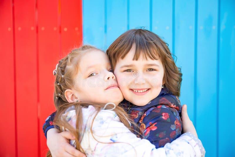 愉快的小的女朋友容忍 图库摄影