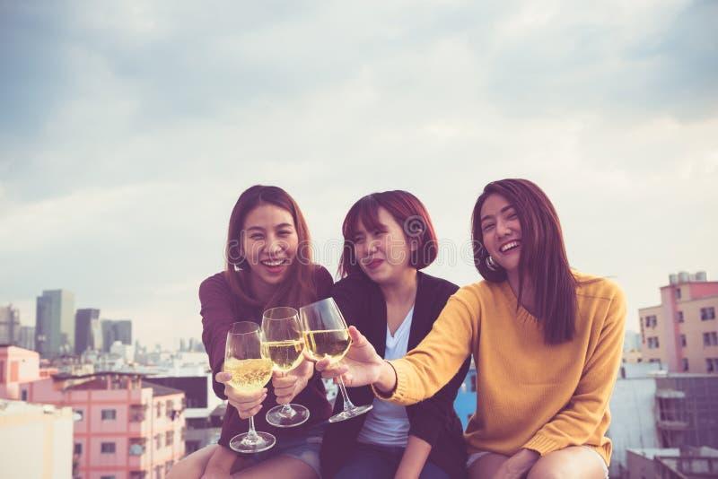 愉快的小组亚裔女朋友喜欢笑和快乐的sp 免版税库存照片