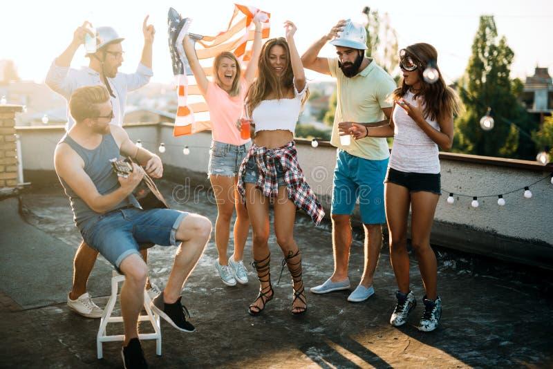 愉快的小组年轻朋友获得乐趣在夏天 库存照片