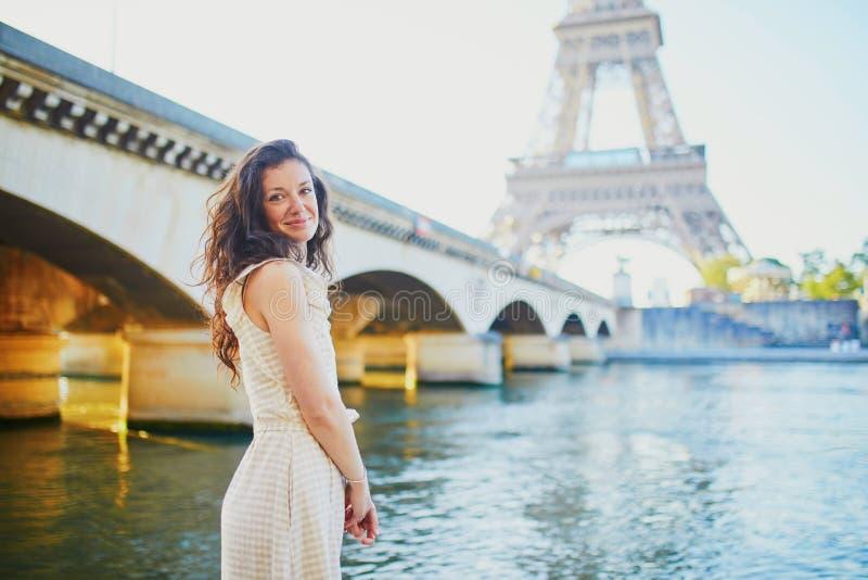 愉快的少女在巴黎,在埃菲尔铁塔附近 免版税库存照片
