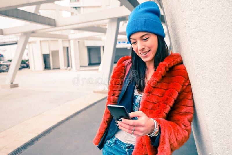 愉快的少妇行家画象有智能手机的 免版税库存照片