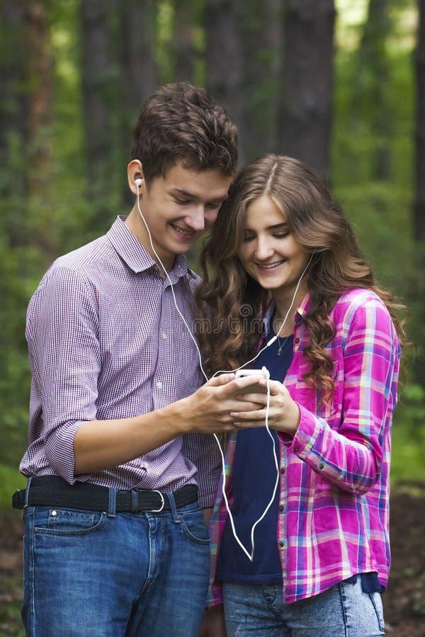 愉快的少年夫妇画象  免版税库存图片