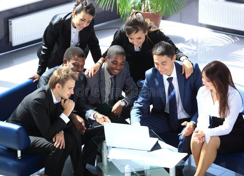 愉快的工作的企业小组 免版税库存图片