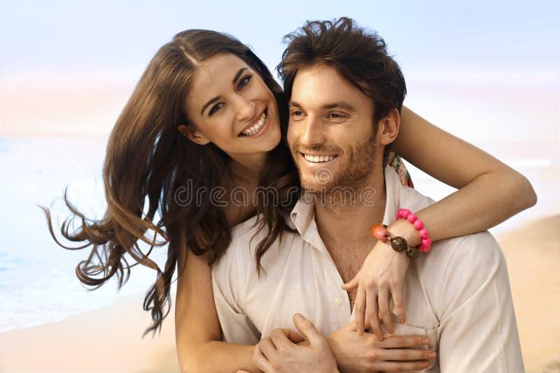愉快的已婚夫妇画象在海滩的 库存照片