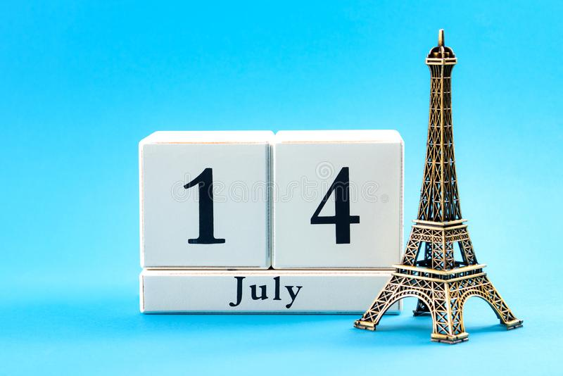 愉快的巴士底日和法国国庆节概念与块日历7月14日设置了,被隔绝的埃菲尔铁塔的缩样 库存照片