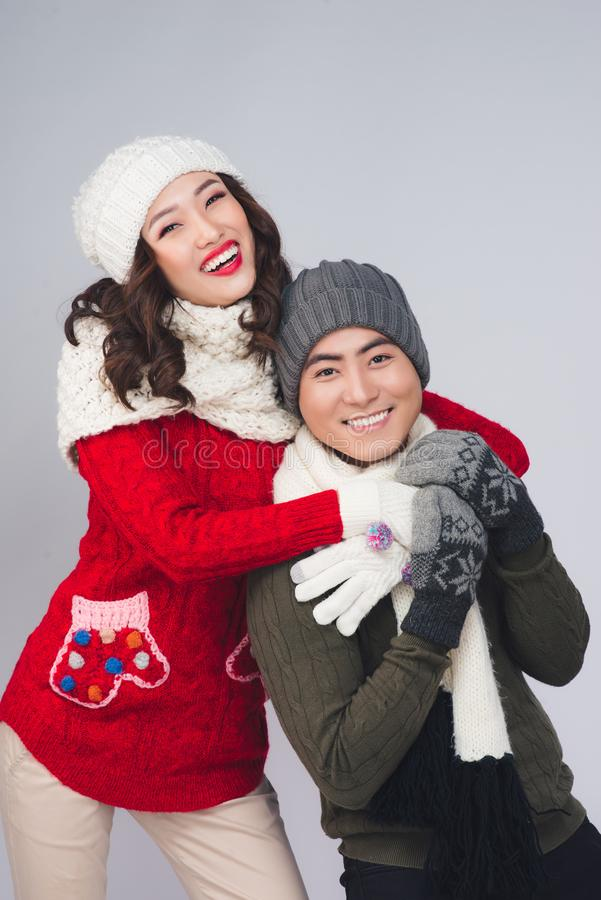 愉快的年轻亚洲夫妇以冬天时尚 免版税库存图片