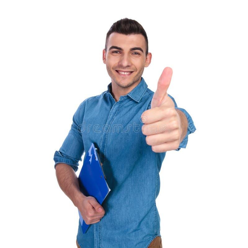愉快的年轻人画象有做好标志的文件的 免版税库存照片