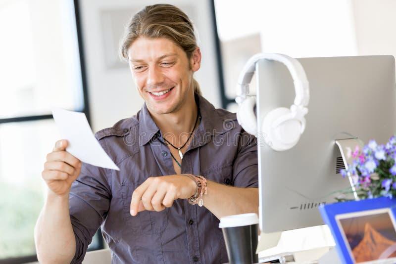 愉快的年轻人设计师工作 免版税库存照片