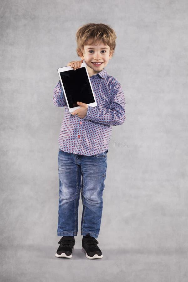 愉快的年轻商人显示一种新的片剂 免版税库存图片