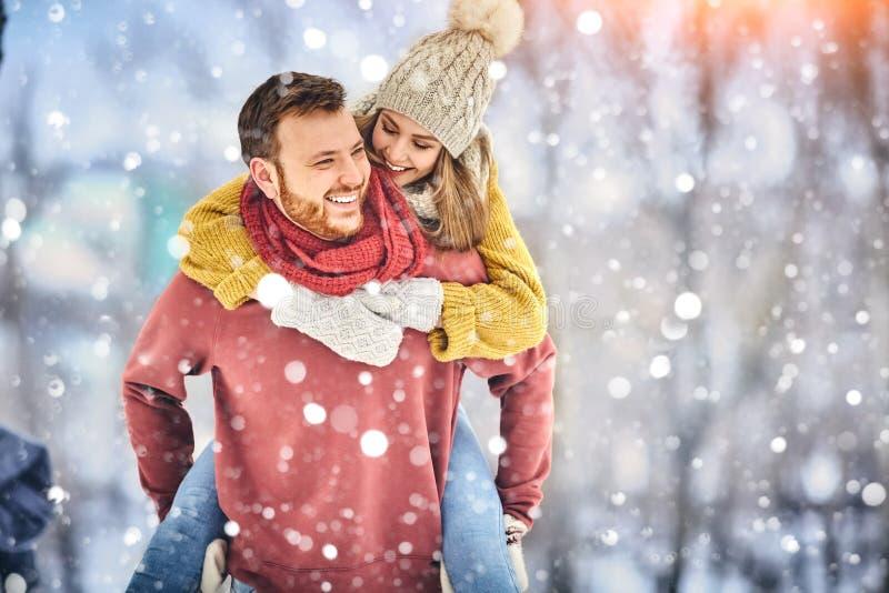 愉快的年轻夫妇在获得的温特帕克笑和乐趣 户外系列 免版税库存图片