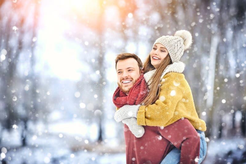 愉快的年轻夫妇在获得的温特帕克笑和乐趣 户外系列 免版税库存照片