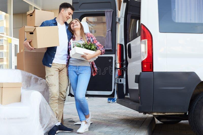 愉快的年轻夫妇移动的议院 免版税库存照片