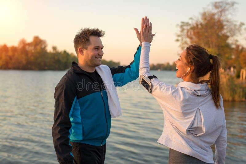 愉快的年轻夫妇高fiving在锻炼以后外面 免版税库存照片