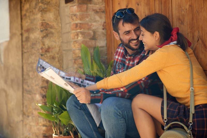 愉快的年轻女人和人旅行假期在欧洲 在一起旅行的爱的夫妇 免版税库存照片