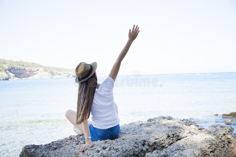 愉快的年轻女人开会,海上享有在海滩的生活 图库摄影