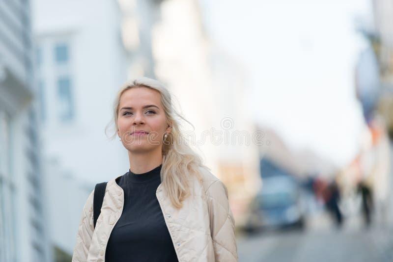 愉快的年轻女人画象在城市 库存图片