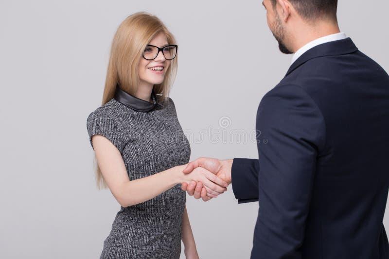 愉快的年轻女实业家和商人握手 库存图片