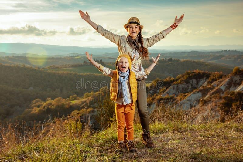 愉快的年轻母亲和女儿在托斯卡纳,意大利欣喜 免版税图库摄影