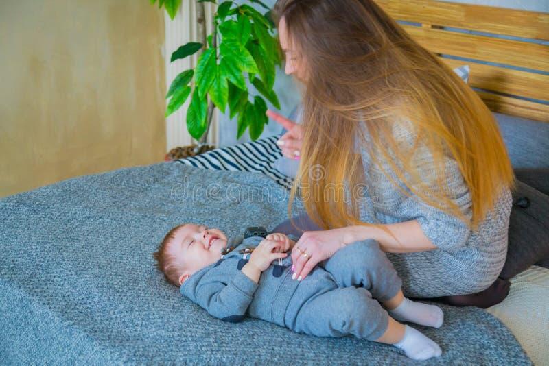 愉快的年轻母亲和她的演奏togerher的小儿子 免版税库存照片