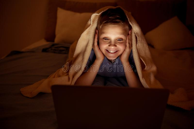 愉快的年轻男孩消费业余时间在家 免版税图库摄影