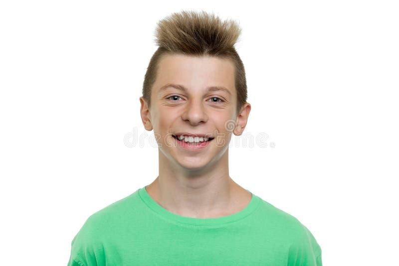 愉快的年轻笑的少年男孩,与牙的微笑,被隔绝的白色背景特写镜头画象  免版税库存图片